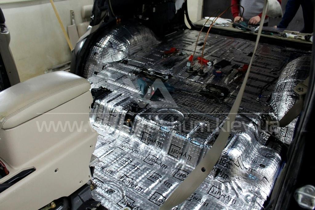 Шумоизоляция пола Toyota Land Cruiser вибропластом