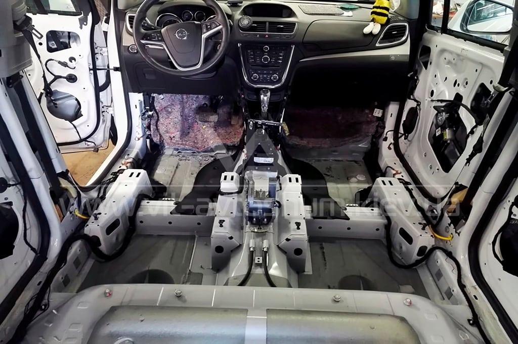 Разборка пола Opel Mokka под шумоизоляцию