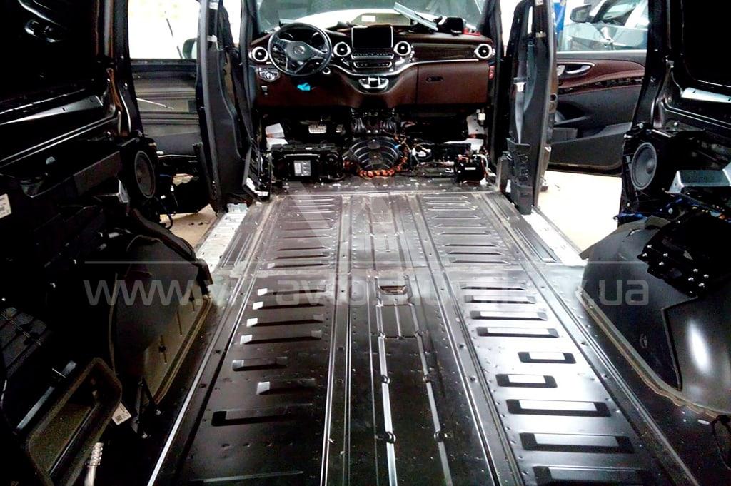 Разборка пола Mercedes-Benz Vito для шумоизоляции